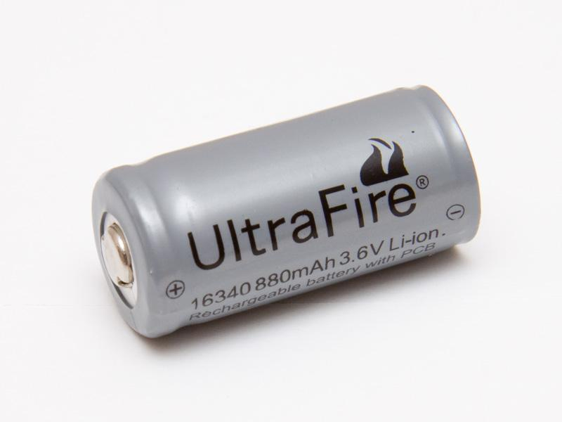 P2 ficklampspaket med laddare och batterier