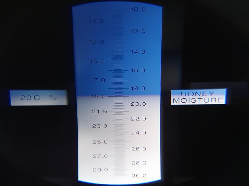Refraktometer för att mäta vattenhalt i honung