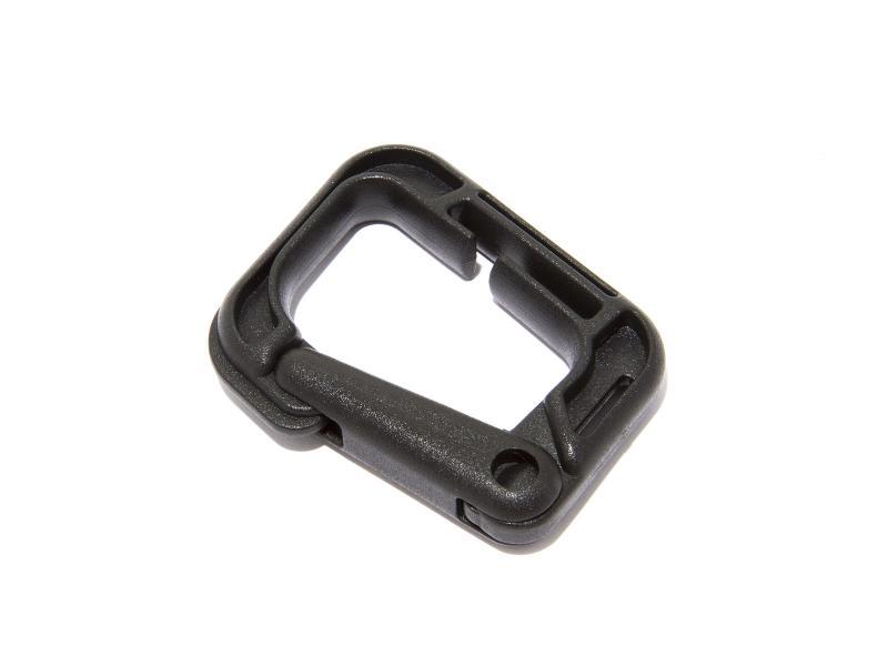 Karbinhake i svart nylon som går att fästa på nylonrem